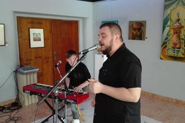 Kuly z Desmodu zaspieval na vernisáži výstavy diel Pera Stankoviča.
