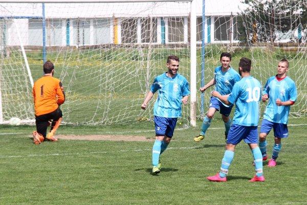 Radosť futbalistov Vlčian po víťaznom góle na štadióne ČFK Nitra.