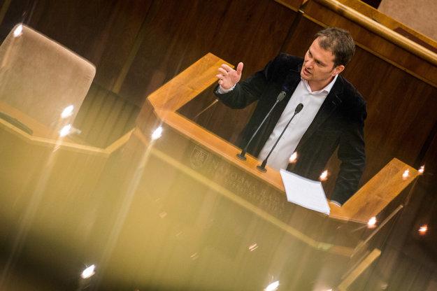 Igor Matovič za rečníckym pultom.