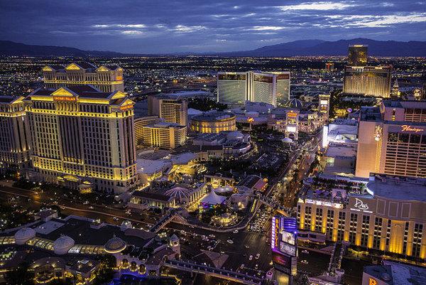Las Vegas za súmraku osvetľujú blikajúce svetlá reklám,