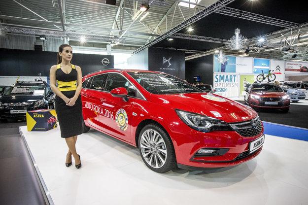 V Ženeve získala Astra prestížne ocenenie auto roka. U nás sa vo svojej výstavnej premiére predstavuje s karosériou kombi. Nová Astra vyniká najmä pohodlným podvozkom ako stvoreným na slovenské cesty.