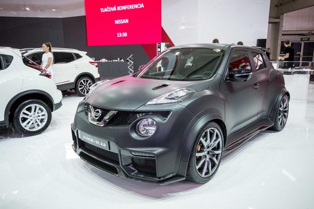 """Juke-R 2,0: Čerešničkou v expozícii Nissanu je brutálny Juke-R. Skutočnú """"raketu"""" z neho robí šesťvalec s objemom 3,8l. Motor požičaný z modelu GT-R dosahuje výkon 600 koní (441 kW). Na výstave dnes Nissan odhalil aj GT-R."""