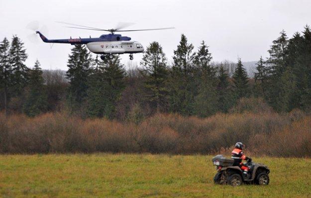 Pomáhal aj vrtuľník.
