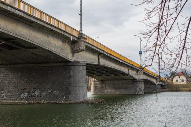 Mostný záver je v havarijnom stave, hrozí jeho bezprostredné odtrhnutie, po ktorom by bol most neprejazdný.