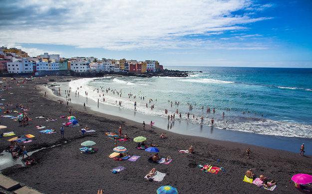 Pláž s čiernym pieskom Playa Jardín v Puerto de la Cruz.
