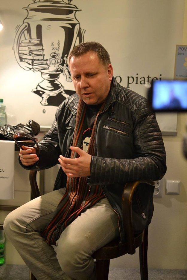 Balla fascinuje literárnu scénu temnou iróniou. Typ autora, ako je on, v Maďarsku nemajú.