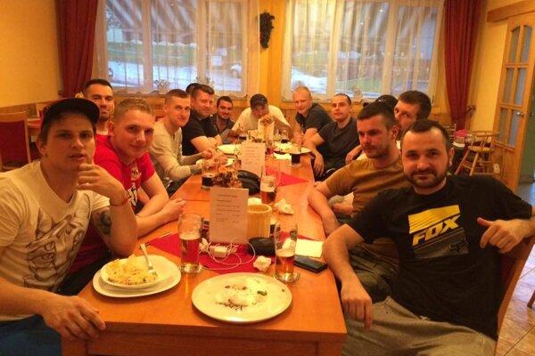 Futbalisti Lúky sa cestou z Brezovej zastavili na pizzu v Prašníku.