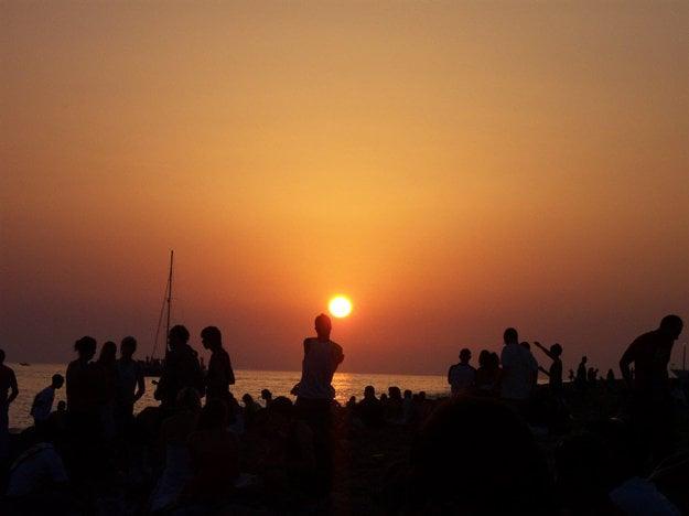 Plážová párty je príjemným spestrením dovolenky pre mladých.