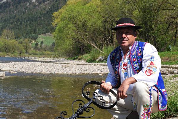 Rieka Dunajec sa v Červenom Kláštore odomyká symbolickým kľúčom.  Na snímke pltník Ján Hubcej v tradičnom goralskom kroji počas otvorenia sezóny v roku 2009.