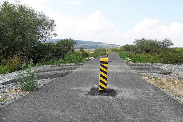 Bezpečnostné betónové stĺpiky majú zabrániť autám jazdiť po chodníku. Zároveň komplikujú jeho údržbu.