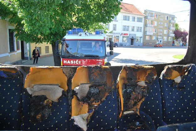 Zadná časť autobusu bola zničená.