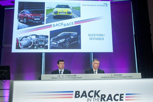 Generálny riaditeľ francúzskeh PSA Peugeot Citroen Carlos Tavares sedí vpravo.