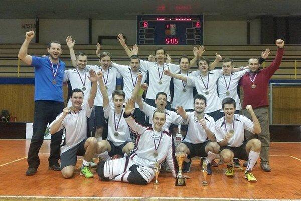 Florbalisti Žilinskej univerzity s víťazným pohárom.
