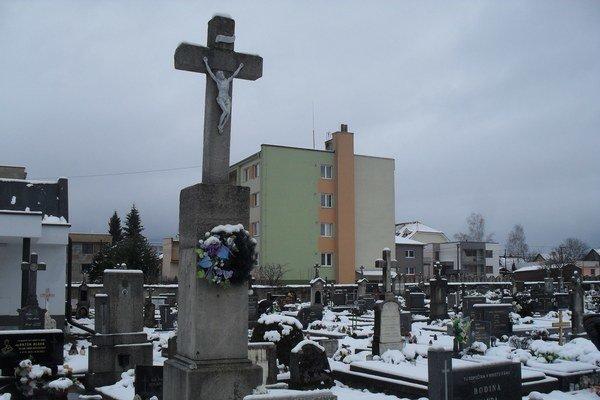 Varínsky cintorín. Obec prispieva domácim na pohreb.