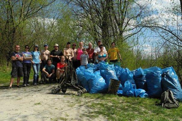Turistický štvorček doteraz vyzbieral cez 2 400 vriec odpadu z okolitých riek.