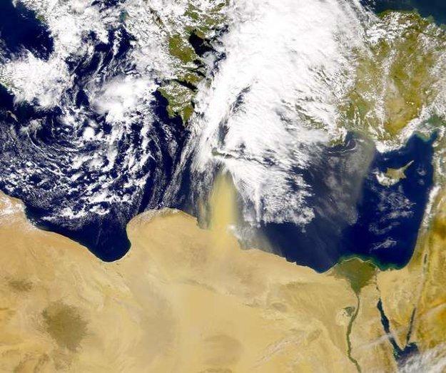 Púštna búrka mieri nad ostrov Kréta.