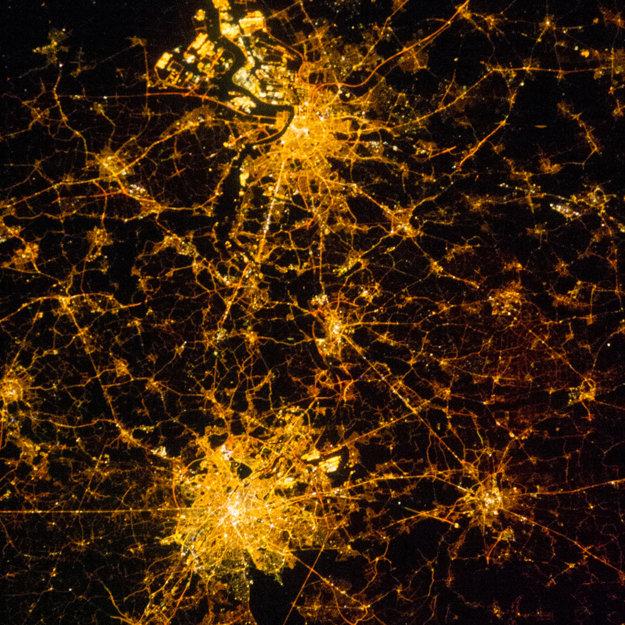 Brusel a Antverpy v noci.