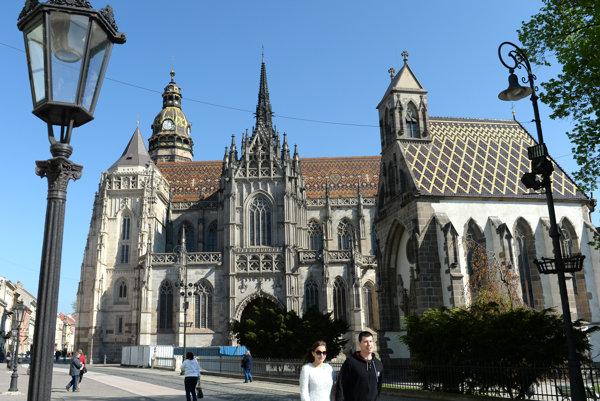 Dóm sv. Alžbety, vľavo vynovená Veža kráľa Mateja.