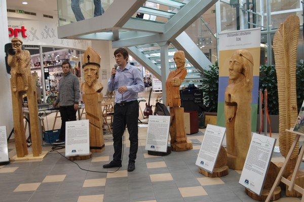 Výstavu sôch nitrianskych osobností môžete v OC Centro vidieť do 4. novembra. Na snímke so sochami predseda OZ ŠOK Ján Ivančík.