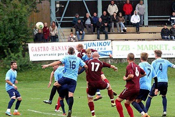 Jediný gól derby zápasu ČFK Nitra – Čeľadice strelil takto hlavičkou hosťujúci Eduard Gajdoš.