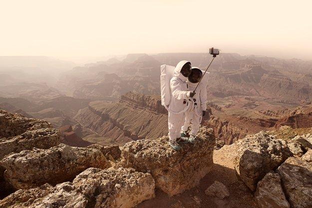 Pozdrav z Marsu. Obrazová štúdia o našom mieste vo vesmíre  napodobuje stereotypné turistické pózy na rôznych miestach Zeme, ktoré pripomínajú povrch Marsu.