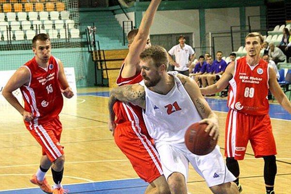 Filip Pejovič (v bielom) bol s 24 bodmi najlepším strelcom zápasu.