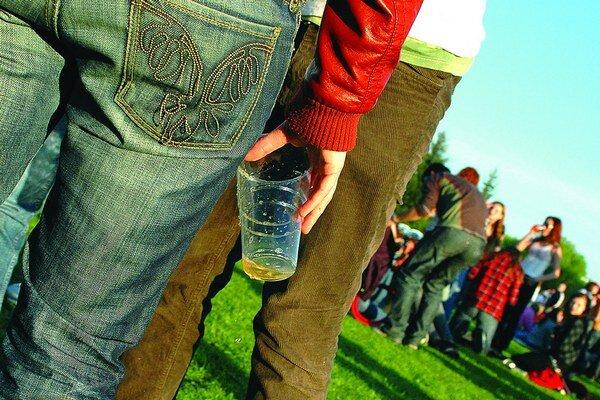 V súčasnosti na sídliskách neplatí žiadny zákaz piť alkohol na verejnosti.