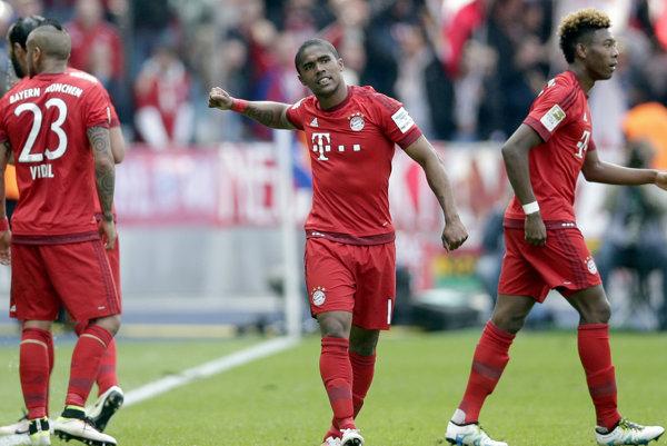 Douglas Costa z Bayernu Mníchov (v strede) sa teší z gólu.