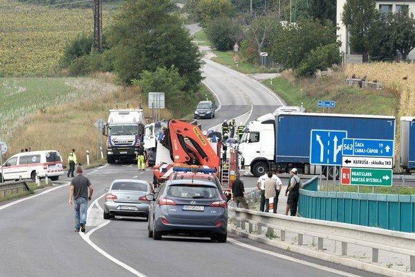 Cabajská cesta, na ktorú ústi zjazd z R1 (vpravo). Nedávno sa tu stala smrteľná nehoda, pri ktorej zomrel nevinný vodič kamiónu.