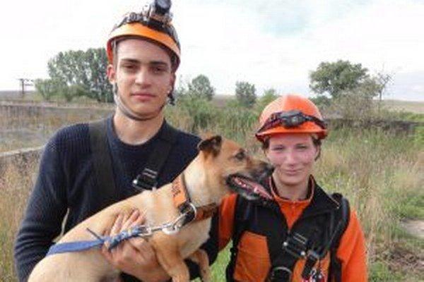 Záchranári Ján Řeháček a Iveta Vavrová si so psom Samuelom ako prví vyskúšali beh náročnou trasou.