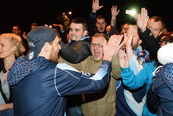 Brankár Vlastimil Lakosil sa raduje s natešenými fanúšikmi.