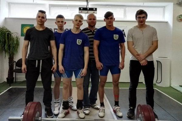 Zľava: Matej Poštek, Matej Beleš, Vladimír Kubala, Miroslav Škrobian, Patrik Broda asamuel Paulus počas prvého kola dorasteneckej ligy.