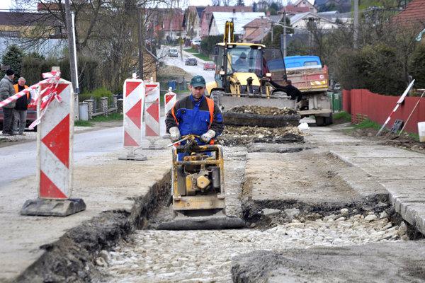Zhotoviteľ začal niektoré úseky cesty opravovať.