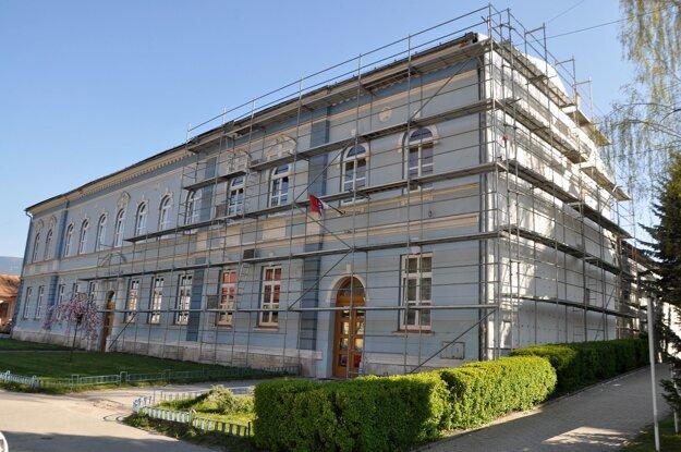 Práce vo vnútri budovy začnú po ústnych maturitách.