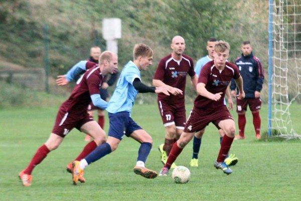 Futbalisti Čeľadíc (na archívnej snímke v tmavých dresoch) doma porazili Želiezovce 6:0.