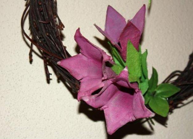 Kvety z kartónových obalov na vajíčka si môžete vyrobiť spoločne s deťmim.