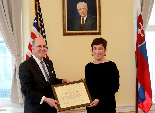Bývalý veľvyslanec USA Theodore Sedgwick odovzdáva cenu Woman of Courage Veľvyslanectva USA v Bratislave (2013) advokátke Vande Durbákovej. Durbáková zastupovala Poradňu pre občianske a ľudské práva, ktorá obhajovala práva násilne sterilizovaných rómskych žien.