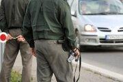 Bratislavskí policajti z oddelenia Trnávka zaistili v nedeľu pri kontrole auta 137 jednorazových dávok pervitínu.