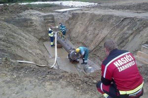 Žarnovickí hasiči zabezpečovali kyvadlovú dopravu vody.