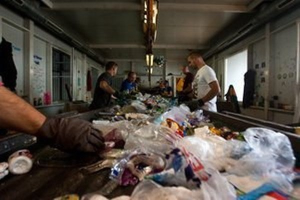 Triedenie odpadov v OLO.