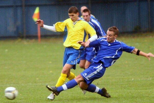 Hráči Slovenského Grobu (v modrých dresoch) hrajú zajtra v Rohožníku a môžu mu definitívne  zahatať cestu za prvenstvom v  tomto ročníku MRB.