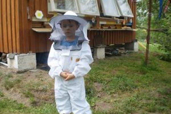 Štvorročný Jurko Labanc. V školskej včelnici pomáhal svojmu starkému, Jánovi Píšovi, počas letných prázdnin, natierať a kompletovať úle.