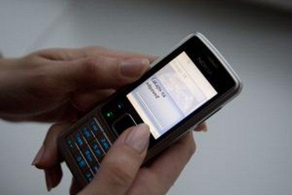 Zlodej z chaty ukradol aj mobilný telefón.