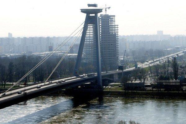Most SNP je zavesený na lanách a je mierne zaoblený.