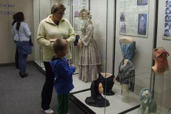 Všetko, čo súvisí s módou od konca 18. storočia až do roku 1918, uvidíte v Pohronskom múzeu v Novej Bani.