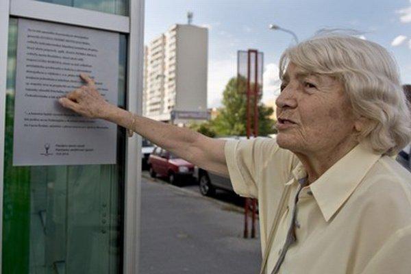Na snímke dcéra jedného z legionárov, Jana Kiššíková, si prezerá pamätnú tabuľu, ktorú odhalili pri príležitosti 95. výročia pripojenia Petržalky k Bratislave.