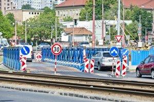 Vozovka na Botanickej ulici bola najprv premostená. Teraz sú autá presmerované do protismeru.