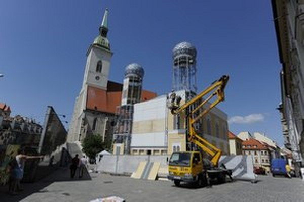 Na mieste zbúranej synagógy stála pred dvomi rokmi maketa.