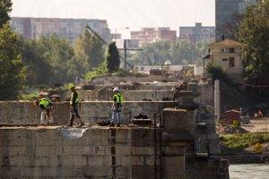 Práce na Starom moste dnes obnovili.