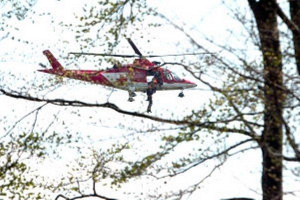 Muža previezli z Kremnice do Banskej Bystrice leteckí záchranári.